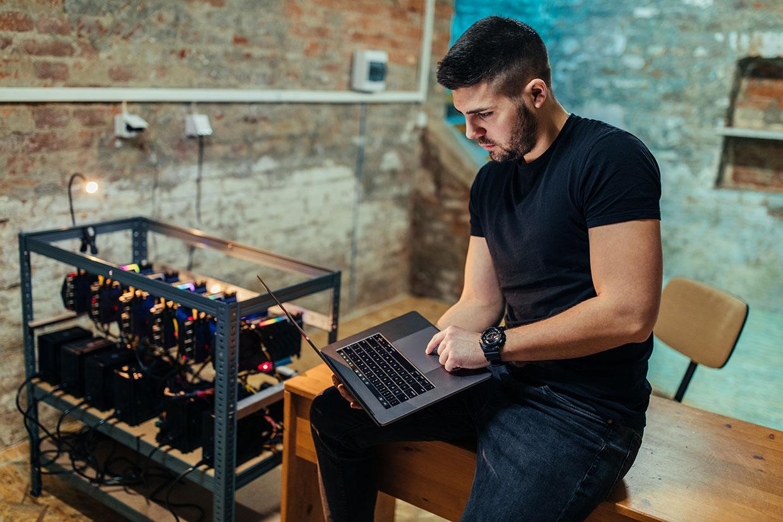 Mężczyzna pracujący na laptopie