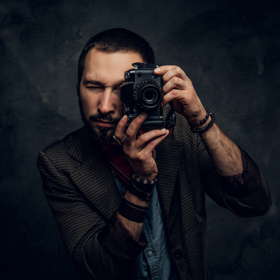 Fotograf robiący zdjęcie, ilustracja do artykułu o osadzaniu zdjęć w HTML