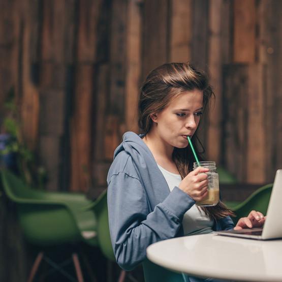 Kobieta pracująca przed komputerem, pewnie w CMS