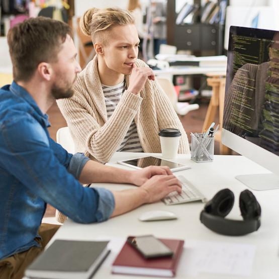 Programiści analizują kod